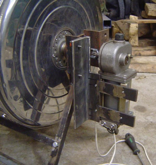 Motor, mounted on the side
